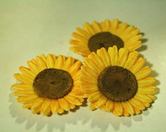 Gumpaste sunflowers, sugar flowers for cake decorating.