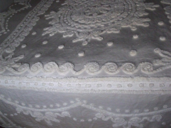 """Sale Vintage  Full/queen  chenille bedspread  Size 108""""Lx96""""W  white beautiful and cozy.Copyright by EVERWEAR"""