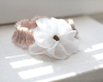 Wedding garter / Lace garter / Bridal accessory / White chiffon flower / Romantic bridal garter / Rose color lace