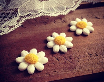 4 Pcs White and Yellow Daisy Cabochon Resin Flowers Daisy Plastic Flowers 16mm  (F058 / F064))