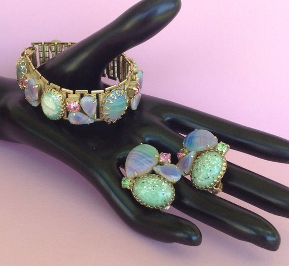 FREE ship-Stunning Vintage 50s Colored Glass, Rhinestone & Confetti Bracelet / Clip Earring Set, goldtone, pastel colors, layaway available