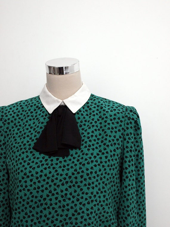 Vintage dress / 80's secretary dress / White collar and black pussy bow / Emerald green day dress / Office / Career dress