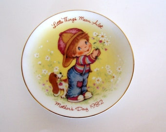 "Avon Mother's Day Plate ""Little Things Mean A Lot"" 1982 - Avon Plate, Mothers"