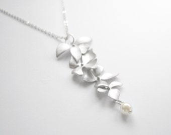White pearl elegant necklace with silver leaves on silver chain