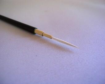 Fine line brush