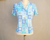 80s print blouse  / periwinkle blue beachy palm trees / short sleeve shirt spring novelty vacation top / womens small