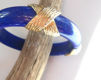 Confetti Lucite vintage bangle bracelet, cobalt blue with gold, boho chic Lucite Bracelet