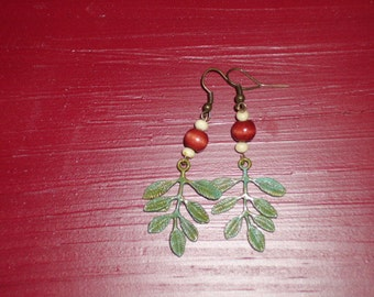 Nice, outdoors style of earrings. With wooden beads, and and leaves with jade patina, and antique brass.
