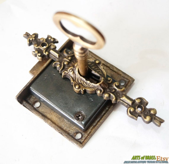 Set antique key lock and skeleton keys with lion by for Lock and key decor
