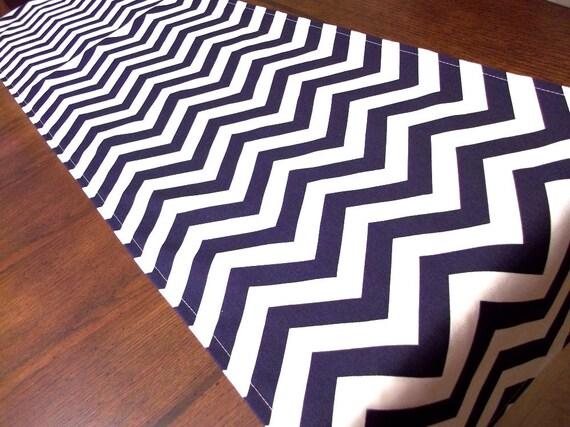 chemin de table chevron bleu marine et blanc par. Black Bedroom Furniture Sets. Home Design Ideas