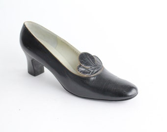 size 9 | Vintage Saks Fifth Avenue Black Leather Shoes | 1960s Scalloped Black Leather Pumps | 40