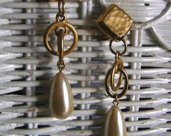 Vintage teardrop pearl dangle earrings in goldtone with clipon in VGVC
