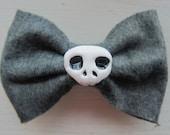 Grey Elmyra Felt Hair Bow with Skull Bead and Alligator Clip