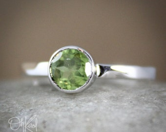 August Green Peridot Birthstone Ring - Sterling Silver - Round