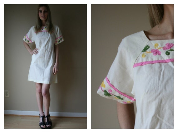 60s Cream Mini Dress Cotton with Pink Piping and Green and Yellow Embroidery Size Small sm (0-2-4)