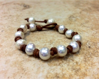 Gift for her - Freshwater Pearl and Leather Bracelet (NaRiSa)