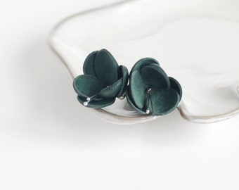 SALE 10% OFF Leather earrings in emerald green. Charming summer jewelry.