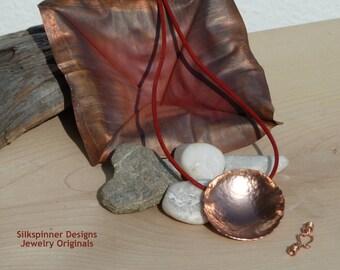 Hammered Copper Disc Pendant Necklace/ Gehämmerter Kupfer-Anhänger Halskette