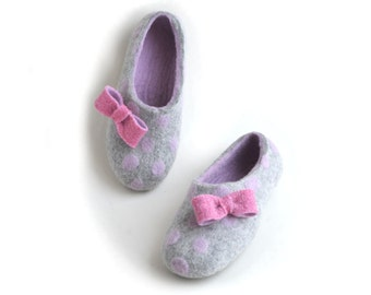 Felted slippers with pink dots,  bows pin brooch, ribbon