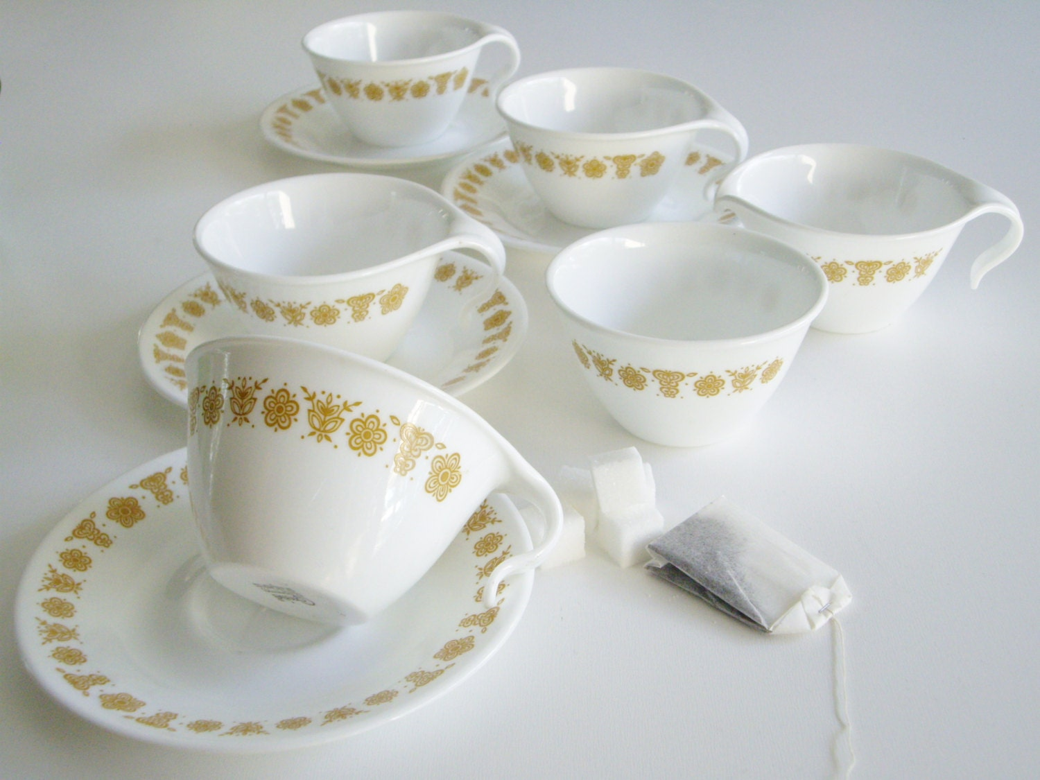 Vintage Corelle Dish Set 4 Cups And Saucers With Cream And