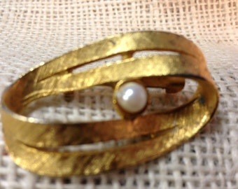 Vintage Brushed Gold Tone and Faux Pearl Brooch