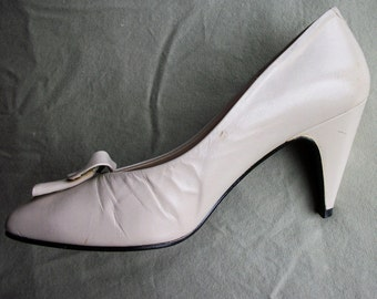 Vintage shoes - ivory pumps with ruffle detail - US 6