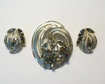 Stunning vintage BSK brooch pin and matching clip earrings. Golden tone with rhinstones. 1950-1960 Era.