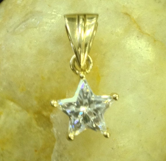 14K Yellow Gold Pendant with Clear Center Stone (st - 415)