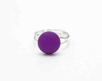 A small pole ARIS cabochon ring violet
