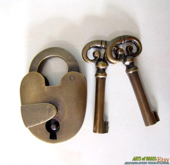 antique vintage old padlock with skeleton keys solid brass. Black Bedroom Furniture Sets. Home Design Ideas