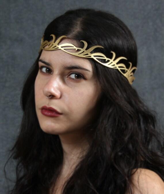 Long leaves crown in gold