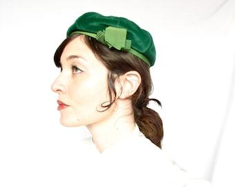 Vintage 60s Hat . Emerald Green Velvet Beret
