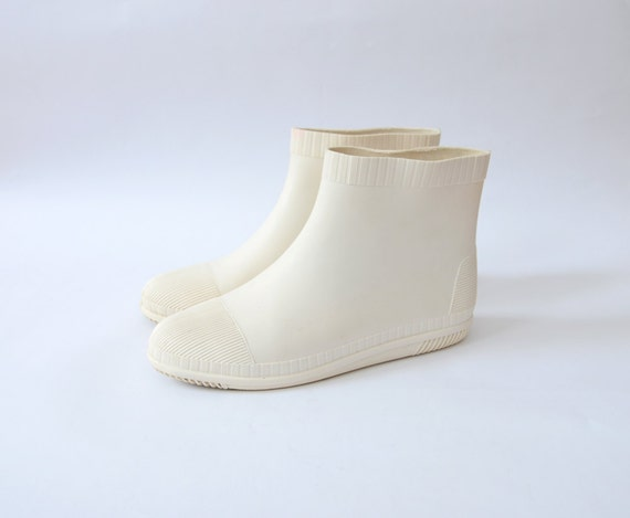 white rain boots / flats / ankle height / us 7