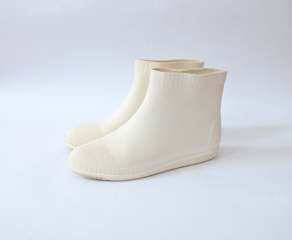 Vintage white rain boots / flats / ankle height / us 7