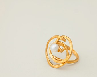 Hand made Silver gold plated spiral ring with fresh water pearl
