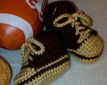Crocheted hi-top sneakers for babies