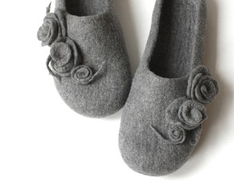 Women house shoes - grey felted wool slippers with roses - Mothers day gift - made to order - gift for her - women slippers - wool slippers