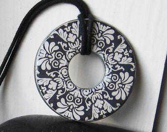 Elegant Black and White Floral Washer Hardware Pendant Necklace