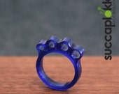 KNIT or DIE! -Power Ring- (EUR/mm), Blue plastic ring with a knitting needle gauge, made out recycled plastic