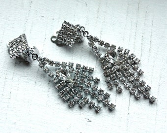 1 Pair of Vintage 1950s / 60s Diamond Rhinestone Art Deco Chandelier Clip On Earrings // Old Hollywood Glamour