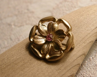 Vintage rose and yellow gold flower brooch with pink rhinestone