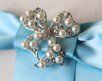 Adorable   bow  brooch  with rhinestones and pearl  white color  color  1 piece listing