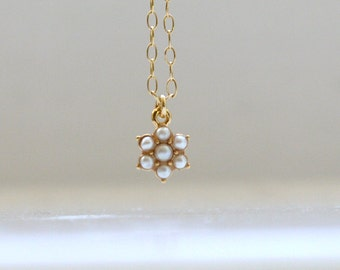 Pearl flower necklace in gold