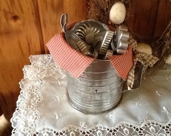 Tin Kitchen Collectibles Antique Bromwells Flour Sifter Sugar Scoop Molds & Tin Cookie Cutters