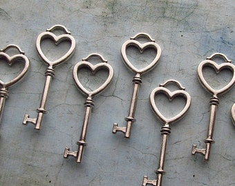 Viana Antique Silver Skeleton Key in a Heart Shape - Set of 10