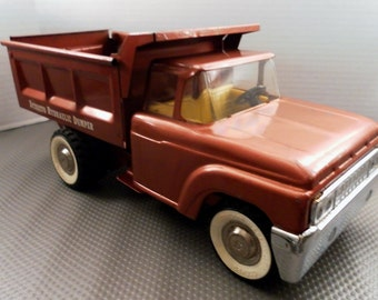 Vintage 1964 Structo Hydraulic Lever Dump Pressed Steel Truck. Beautiful Dk Copper Body w Yellow Interior. 13.5 In Long  Ref Model No. 401