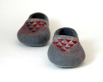 Felted slippers Geometric Triangle Grey slippers Red Grey Women Men Unisex Charcoal grey Traditional felt Women shoes Woolen clogs Valenki