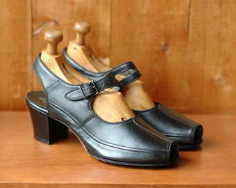 vintage 1940s shoes / 40s black leather mary janes / size 7