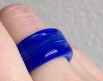 Ring van glas intens blauw handgemaakt door Renske Brouwer van Beadwork1982