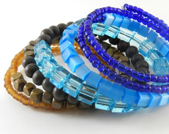 MeMoRy WiRe BraCeleT - Mix of plastic and wood .
